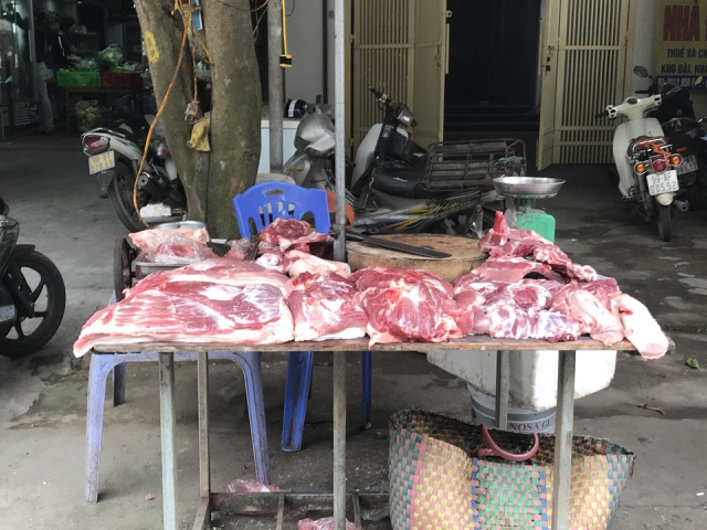 """Lòng chần cháo vẫn đông khách, giá thịt không giảm trước """"cơn bão"""" dịch tả lợn Châu Phi - 1"""