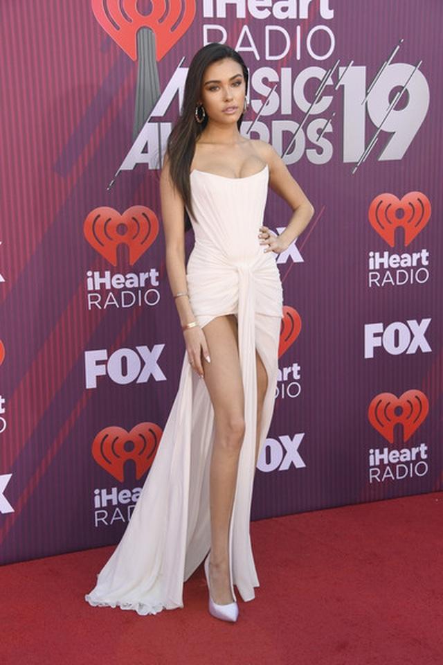 Madison Beer diện váy suýt lộ nội y trên thảm đỏ  - 1