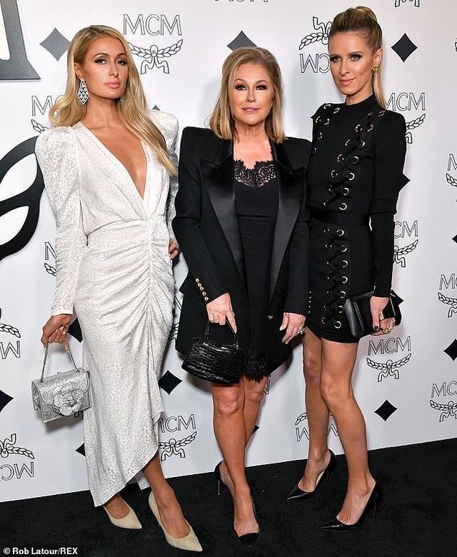 Mẹ Paris Hilton trẻ trung không kém gì con gái  - 1