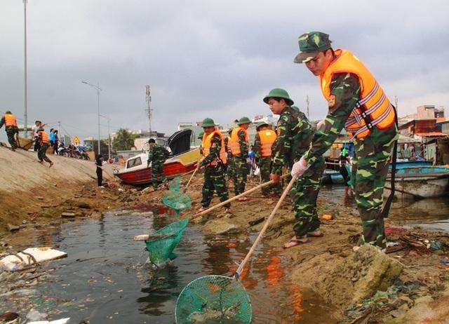 """Bình Định: Thanh niên chèo thuyền, vớt rác quanh khu """"ổ chuột"""" - 3"""