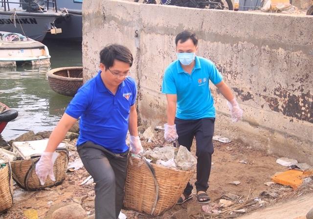 """Bình Định: Thanh niên chèo thuyền, vớt rác quanh khu """"ổ chuột"""" - 5"""