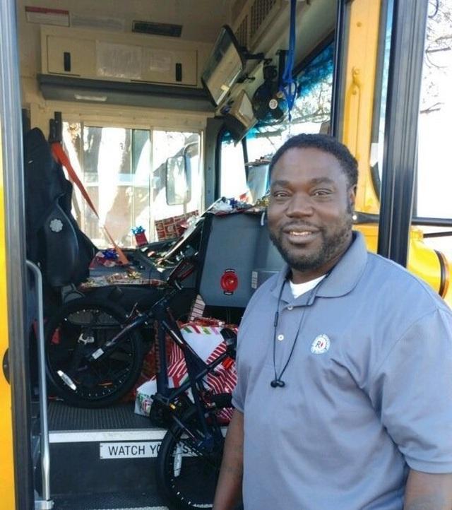Những món quà nhỏ đầy ý nghĩa của người lái xe buýt trường học  - 1