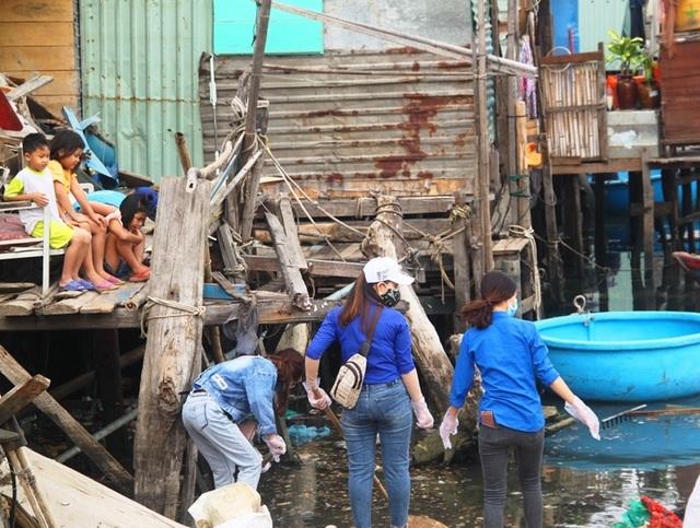"""Bình Định: Thanh niên chèo thuyền, vớt rác quanh khu """"ổ chuột"""" - 2"""