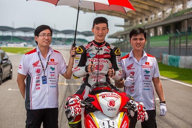 Diện kiến đội Việt Nam đầu tiên tham gia giải đua xe châu Á - 3