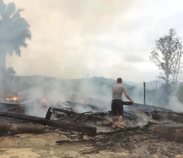 Hai ngôi nhà gỗ 5 gian bị lửa thiêu rụi hoàn toàn - 3