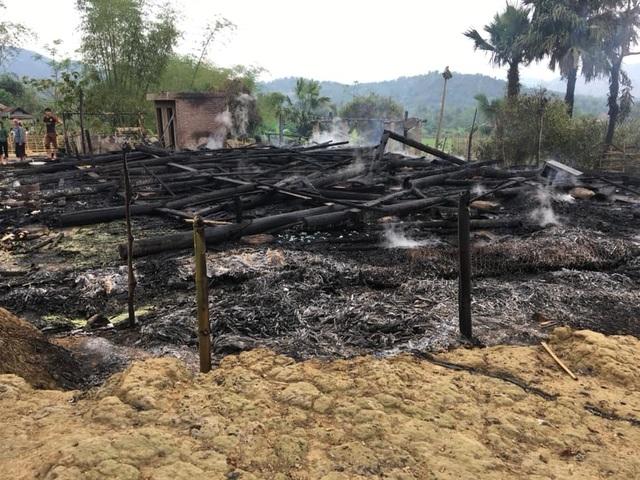 Hai ngôi nhà gỗ 5 gian bị lửa thiêu rụi hoàn toàn - 2