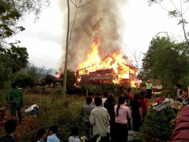 Hai ngôi nhà gỗ 5 gian bị lửa thiêu rụi hoàn toàn - 1
