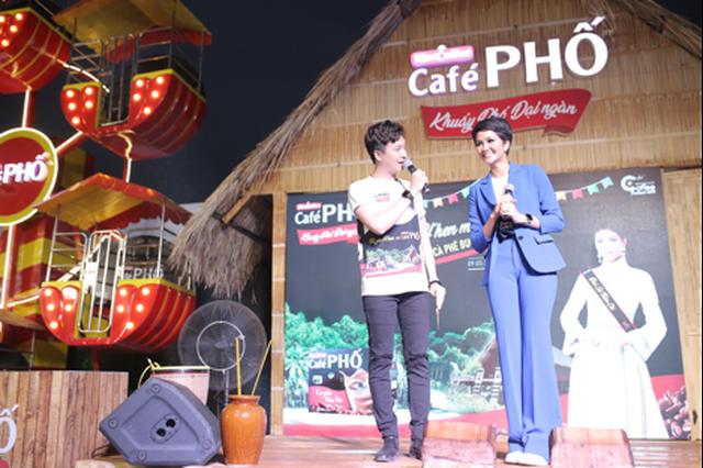 Du khách phấn khích với nhiều hoạt động thú vị của Café PHỐ trong Lễ hội Cà phê 2019 9.png