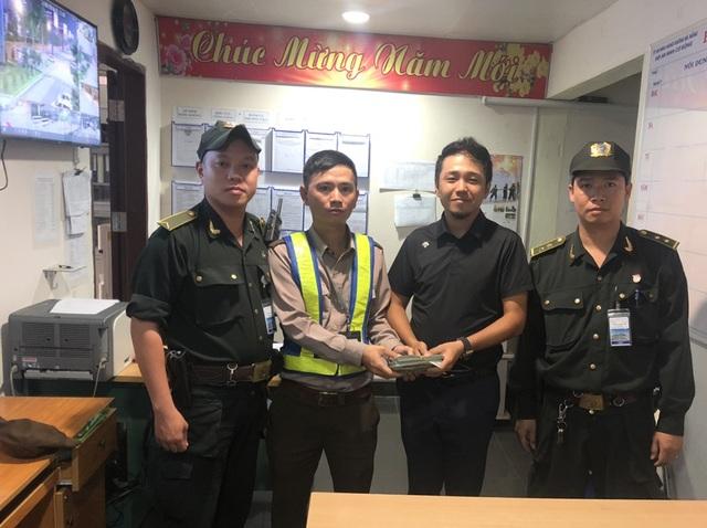 Ông Yan Guangzhu (đứng thứ 2 từ bên phải) nhận lại tài sản bị mất.jpg