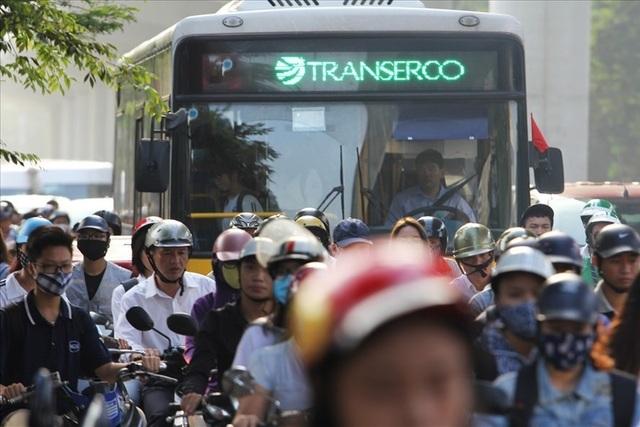 Cấm xe máy 2 tuyến đường ở Hà Nội: Liệu có thể trông chờ vào xe buýt? - 1