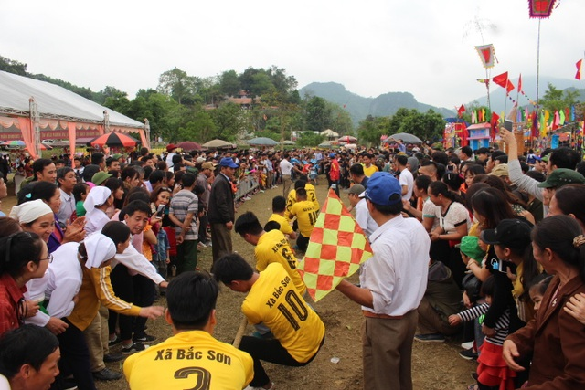Hàng ngàn người dự Lễ hội ở ngôi đền thờ nàng Nang Phốm Hóm - 12