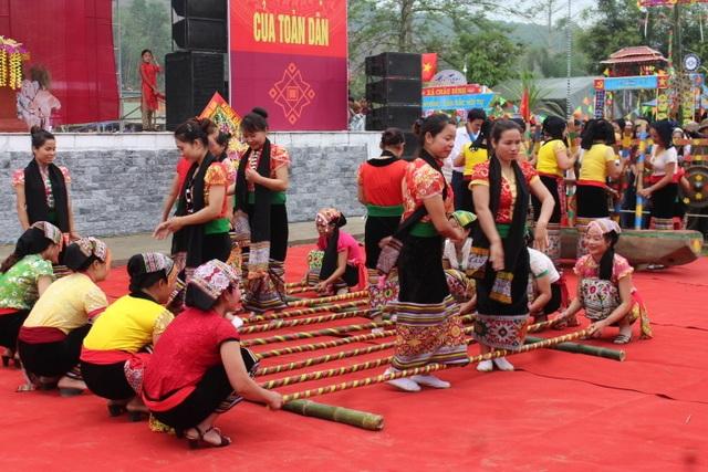 Hàng ngàn người dự Lễ hội ở ngôi đền thờ nàng Nang Phốm Hóm - 9