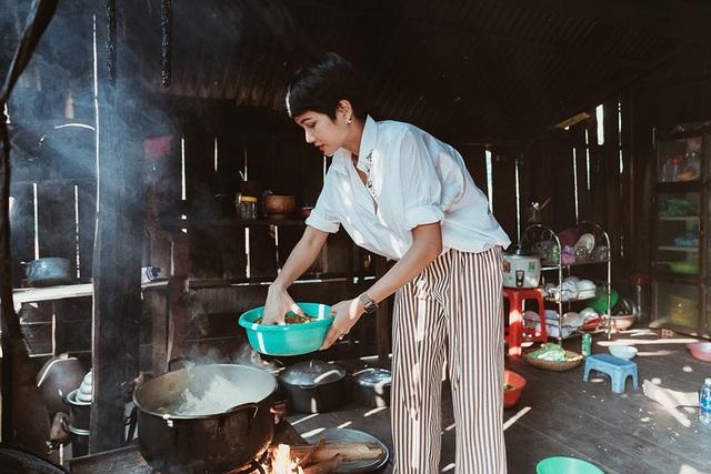 H'hen Niê giản dị nấu ăn khi về nhà - 12
