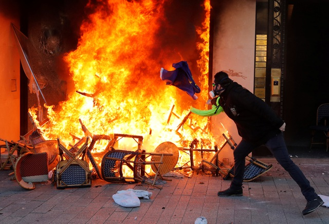 """Biểu tình """"Áo vàng"""" bùng phát tuần 18: Đốt phá, cướp bóc, bạo lực tại Paris - 2"""