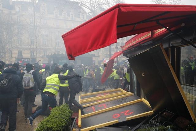 """Biểu tình """"Áo vàng"""" bùng phát tuần 18: Đốt phá, cướp bóc, bạo lực tại Paris - 9"""