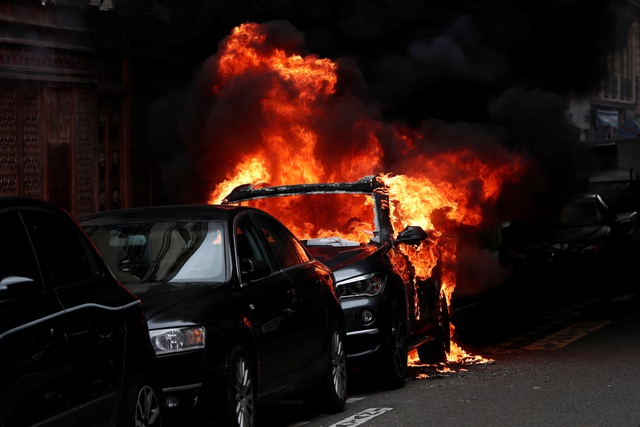 """Biểu tình """"Áo vàng"""" bùng phát tuần 18: Đốt phá, cướp bóc, bạo lực tại Paris - 7"""