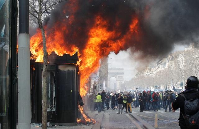 """Biểu tình """"Áo vàng"""" bùng phát tuần 18: Đốt phá, cướp bóc, bạo lực tại Paris - 8"""