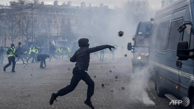 """Biểu tình """"Áo vàng"""" bùng phát tuần 18: Đốt phá, cướp bóc, bạo lực tại Paris - 11"""