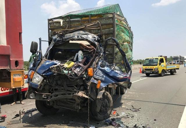 Xe tải nát bét đầu sau cú tông xe container, 2 người tử vong - 3