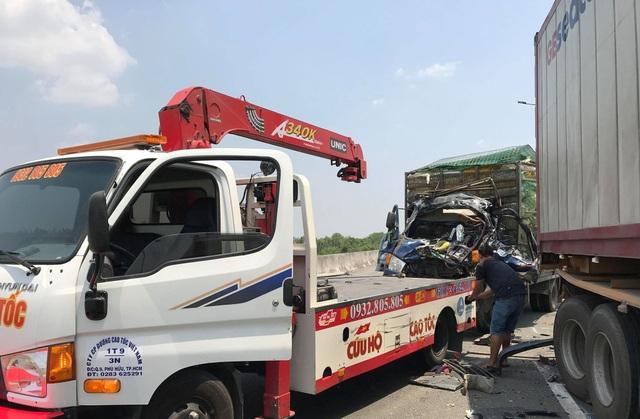 Xe tải nát bét đầu sau cú tông xe container, 2 người tử vong - 4