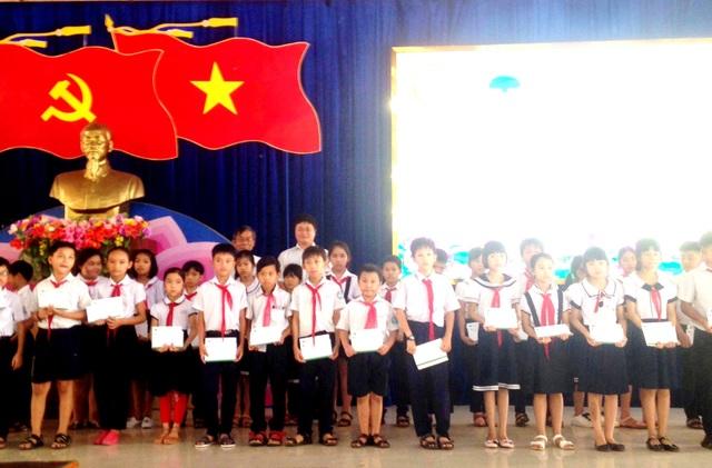 Trao học bổng học sinh Quảng Nam