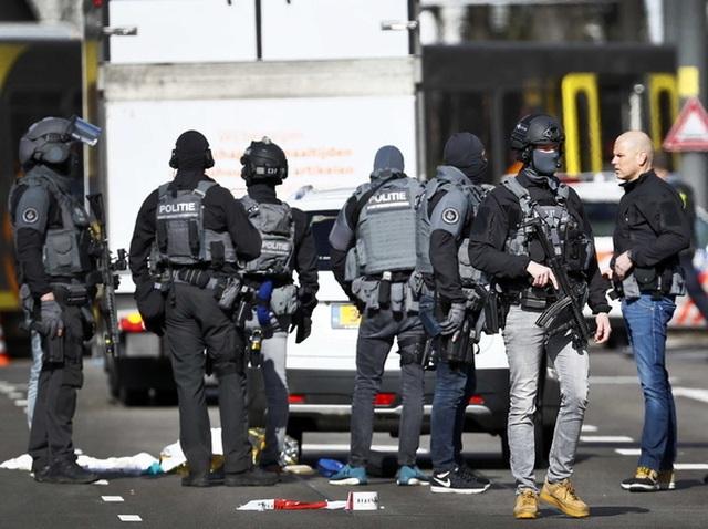 Nổ súng nghi khủng bố trên tàu điện Hà Lan, 3 người thiệt mạng - 10