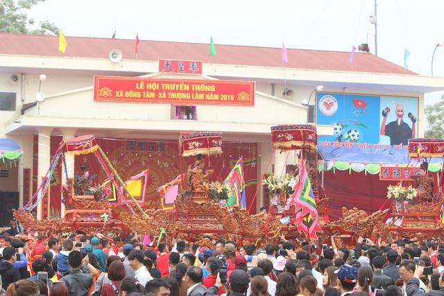 Hàng vạn người chen chân xem kiệu rước tượng thần ở Hà Nội - 2