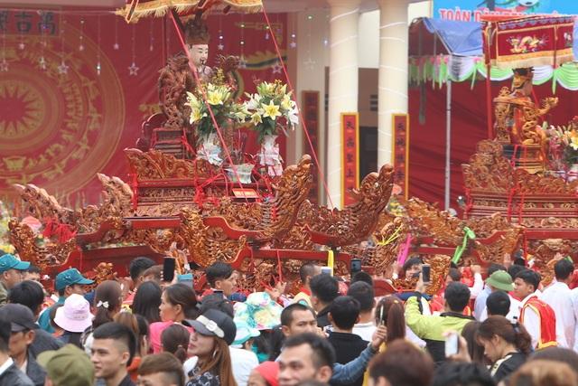 Hàng vạn người chen chân xem kiệu rước tượng thần ở Hà Nội - 3
