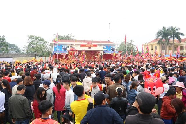 Hàng vạn người chen chân xem kiệu rước tượng thần ở Hà Nội - 1