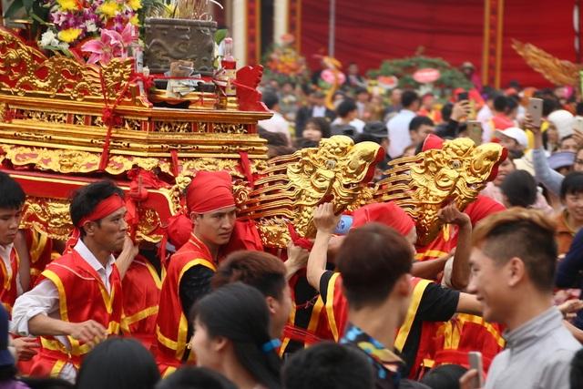 Hàng vạn người chen chân xem kiệu rước tượng thần ở Hà Nội - 11