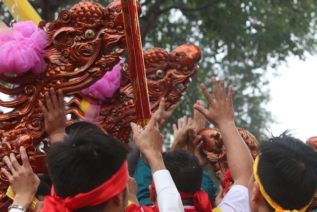 Hàng vạn người chen chân xem kiệu rước tượng thần ở Hà Nội - 12