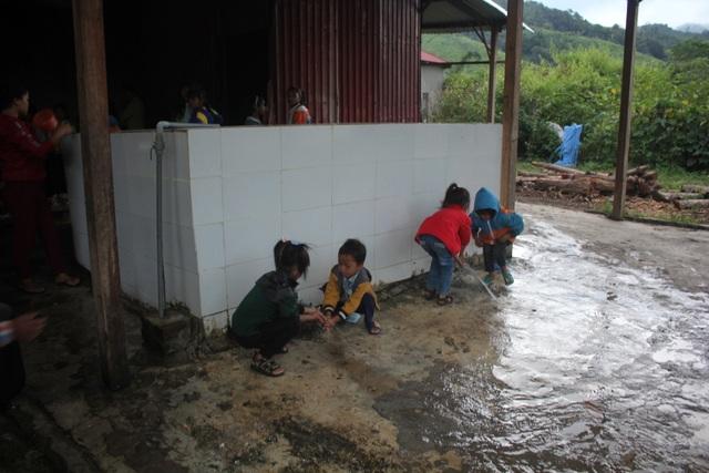 Chung tay xây dựng nhà vệ sinh trong trường học vùng cao - 3