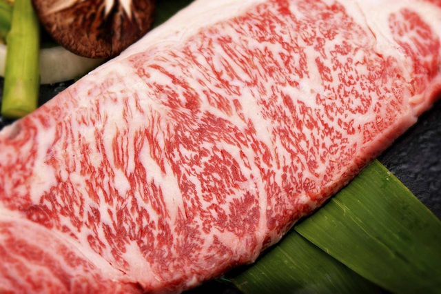 Xem cách chế biến món thịt bò đắt nhất thế giới - 1