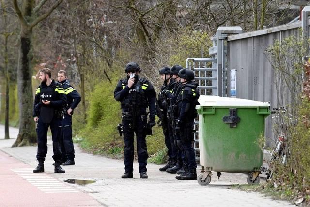 Nổ súng nghi khủng bố trên tàu điện Hà Lan, 3 người thiệt mạng - 7