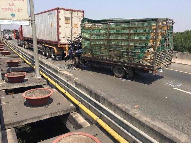 Xe tải đâm đuôi container trên cao tốc, 2 người tử vong