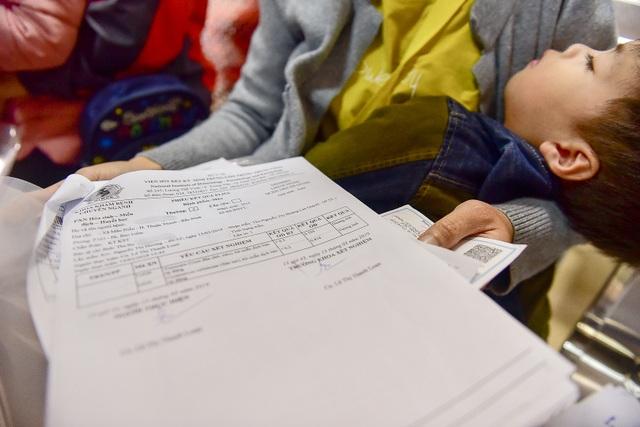 Phụ huynh, trẻ nhỏ xếp hàng từ tờ mờ sáng đợi xét nghiệm sán lợn - 7