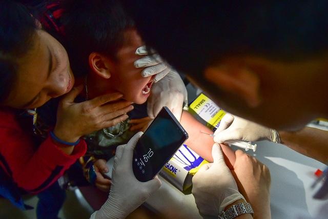 Phụ huynh, trẻ nhỏ xếp hàng từ tờ mờ sáng đợi xét nghiệm sán lợn - 4