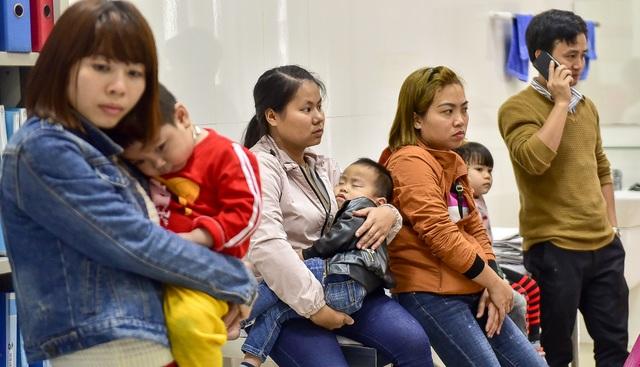 Phụ huynh, trẻ nhỏ xếp hàng từ tờ mờ sáng đợi xét nghiệm sán lợn - 3