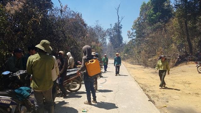 Cháy rừng lớn, huy động hàng trăm người dân cùng dập lửa cứu rừng - 1