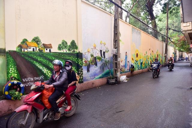 Ngõ nhỏ Hà Nội sống động với con đường bích họa xác pháo đài bay B52  - 1