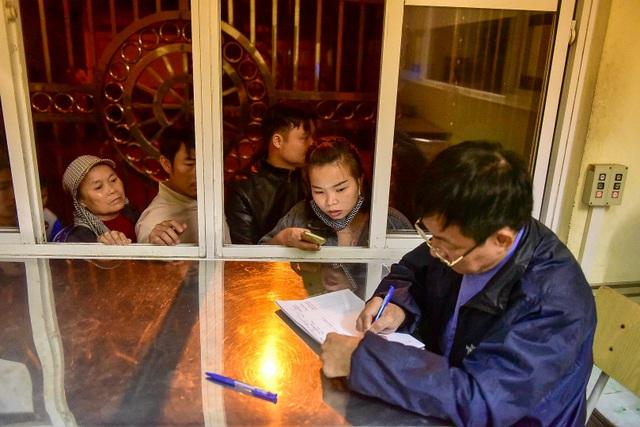 Xếp hàng xuyên đêm mưa rét để xét nghiệm sán lợn cho con - 4