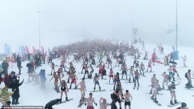 Những cô gái bốc lửa diện bikini trượt tuyết dưới nền nhiệt 0 độ C - 3