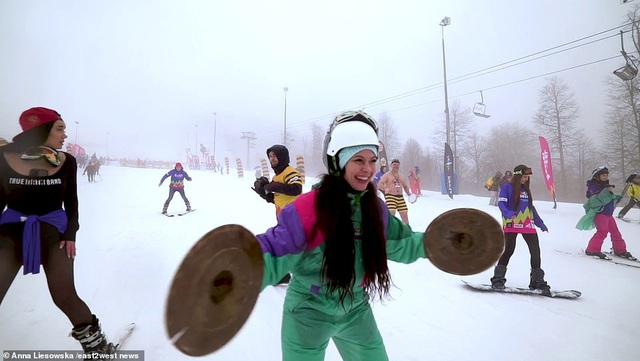 Những cô gái bốc lửa diện bikini trượt tuyết dưới nền nhiệt 0 độ C - 4