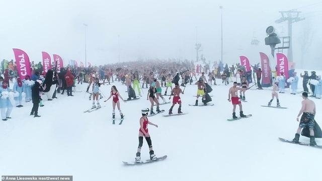 Những cô gái bốc lửa diện bikini trượt tuyết dưới nền nhiệt 0 độ C - 5