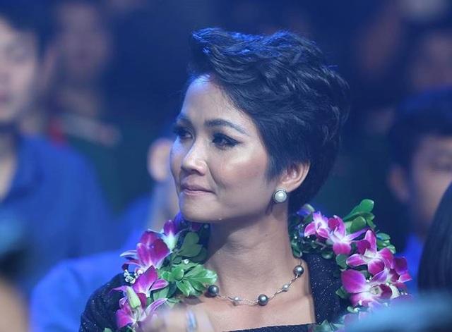 Hoa hậu HHen Niê rơi nước mắt trong lễ vinh danh 10 Gương mặt trẻ tiêu biểu 2018 - 4