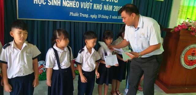Trao học bổng Grobest đến học sinh nghèo tại Bà Rịa- Vũng Tàu và Đồng Nai - 2