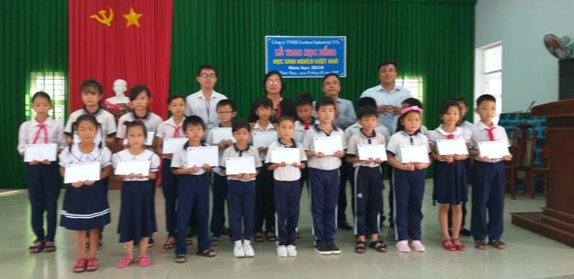 Trao học bổng Grobest đến học sinh nghèo tại Bà Rịa- Vũng Tàu và Đồng Nai - 1