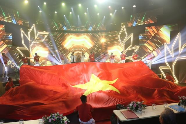 Hoa hậu HHen Niê rơi nước mắt trong lễ vinh danh 10 Gương mặt trẻ tiêu biểu 2018 - 6