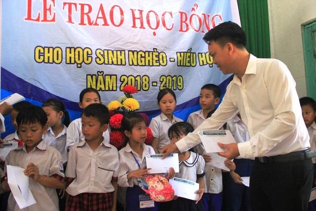 Trao 130 suất học bổng Grobest đến học sinh nghèo tỉnh Quảng Trị - 3