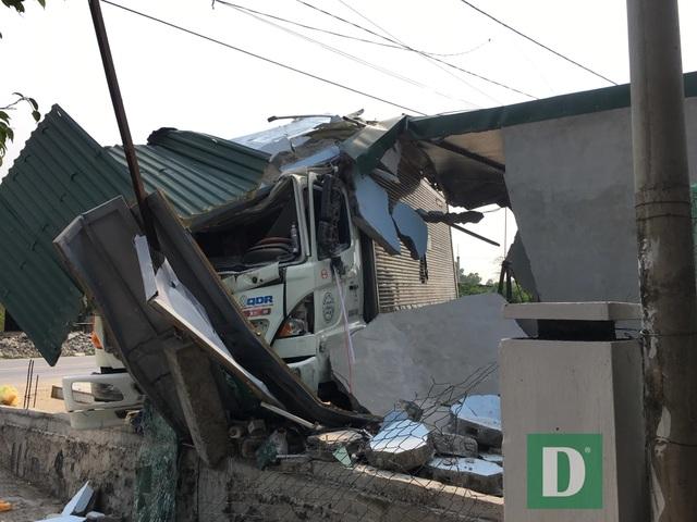 Xe tải tông sập tiệm cắt tóc, tài xế bị bắt đền 250 triệu đồng - 3